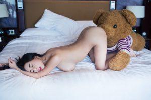 bấn loạn với shoot ảnh cô gái nô đùa cùng gấu bông